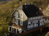 Das Waffelhaus - typisches bergisches Haus mit grau-schwarzer Schieferfassade