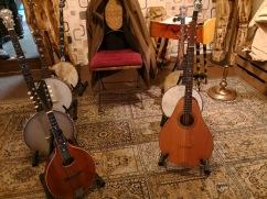 5 Banjos, links vorne die Gibson A1-Mandoline und vorne rechts die Tenor-Guitar...