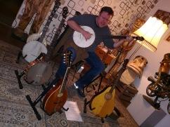 Umringt von seinen Instrumenten...